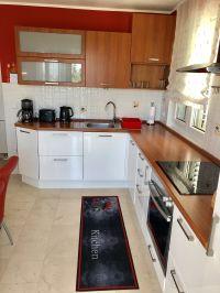 """Küche mit Wasserkocher, Toaster, Kaffeemaschine sowie Spülmaschine und 2 Kühlschränken - Bild 13: Ferienhaus """"Villa Malinska"""" mit Meerblick auf der Insel Krk"""