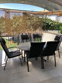 """Große überdachte Terrasse mit Sitzmöglichkeiten - Bild 4: Ferienhaus """"Villa Malinska"""" mit Meerblick auf der Insel Krk"""