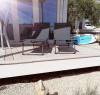 Die Liegestühle können auch mit an den Strand genommen werden. - Bild 13: OIKOS Resort Buqez #30 - Beachvilla Stella